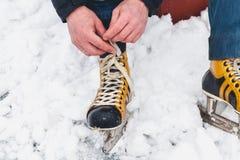 在女性冰鞋鞋子的腿在冰说谎 免版税图库摄影