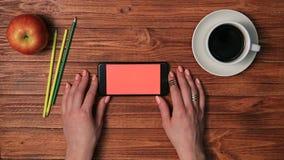 在女性手上的智能手机有在屏幕上的销售的 影视素材