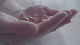 在女性棕榈的宝石 股票视频