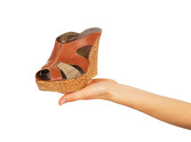 在女性棕榈的鞋子 库存图片