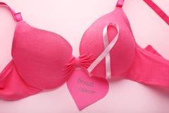 在女性胸罩的桃红色丝带 免版税图库摄影