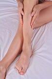在女性腿的痛苦的静脉肿和蜘蛛静脉 按摩她的妇女疲倦了腿 免版税库存照片