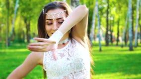 在女性舞蹈家的透镜火光执行在桦树树丛的肉欲的服装的 股票视频