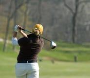 在女性高尔夫球运动员之后被采取 免版税库存照片