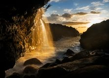 在女王巴恩附近的瀑布在Princeville考艾岛 免版税库存照片