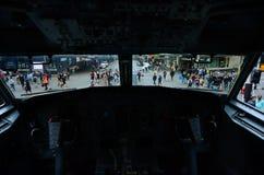 在女王街道上的交通作为它从波音737驾驶舱的看法 图库摄影