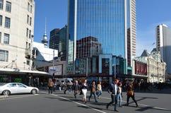 在女王街道上的交通在街市的奥克兰-新西兰 免版税库存照片
