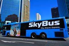 在女王街道上的SkyBus在奥克兰新西兰 免版税库存照片