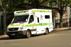 在女王街道新西兰上的圣约翰救护车 库存照片