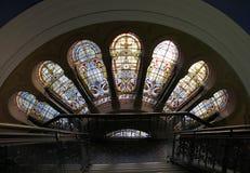 在女王维多利亚大厦的彩色玻璃 图库摄影