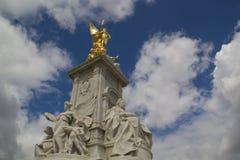在女王维多利亚纪念碑的金黄天使雕象在伦敦 免版税图库摄影