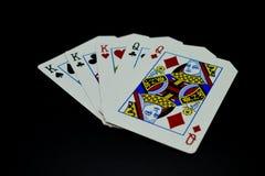 在女王/王后卡片的三张相同和二张相同的牌国王在对黑背景的扑克牌游戏 库存照片