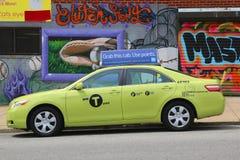 在女王/王后的Astoria部分的新的绿色色博罗出租汽车 免版税库存照片