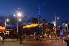 在女王/王后街道上的交通在奥克兰新西兰 免版税图库摄影