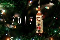 在女王/王后` s卫兵的2017个标志文本在大笨钟圣诞节装饰品附近, 免版税库存图片