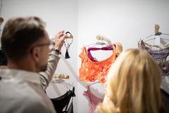在女用贴身内衣裤商店的丈夫和妻子购物 免版税库存图片