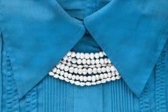 在女衬衫的珍珠 免版税库存照片