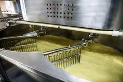 在奶制品加工植物的设备在工作 免版税库存图片