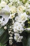在奶油和白色的典雅的花束 免版税库存图片