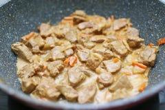 在奶油沙司的肉在平底锅 免版税库存图片