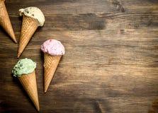 在奶蛋烘饼杯子的另外果子冰淇凌 免版税库存图片