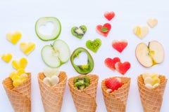在奶蛋烘饼果子设定锥体和心脏形状的各种各样的果子  库存图片