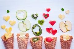 在奶蛋烘饼果子设定锥体和心脏形状的各种各样的果子  库存照片