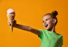 在奶蛋烘饼锥体的俏丽的女婴孩子举行草莓冰淇凌 库存图片