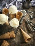 在奶蛋烘饼锥体的冰淇凌 库存照片