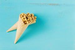 在奶蛋烘饼锥体的玉米球 免版税库存图片