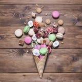 在奶蛋烘饼锥体的甜点 免版税库存图片