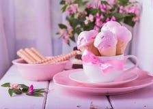 在奶蛋烘饼锥体的草莓冰淇凌 库存图片