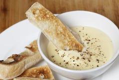 在奶酪浓汁调味汁的多士 图库摄影