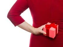 在她后的妇女掩藏的礼物。假日的概念 免版税图库摄影