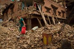 在她的地震之外的一名妇女在Bhaktapur, Ne现在破坏了房子 免版税库存照片