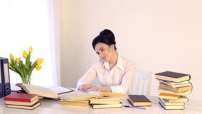 在她的工作场所的女性开会和笑,当读拿着书时 影视素材