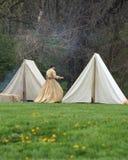 在她的帐篷附近的先驱妇女 图库摄影