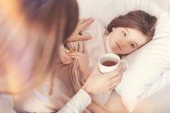 在她的床上的沮丧的孩子 免版税库存照片