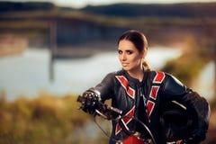 在她的摩托车旁边的女性摩托车越野赛竟赛者 库存图片