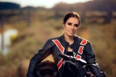 在她的摩托车旁边的女性摩托车越野赛竟赛者 免版税库存图片