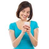 在她的智能手机的少妇文字 免版税库存图片