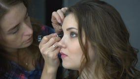 在她的朋友的化妆师工作 实际的人们 股票视频
