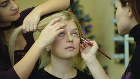 在她的朋友的化妆师工作 实际的人们 影视素材