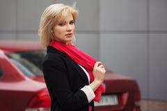 在她的汽车旁边的年轻时装业妇女 免版税图库摄影