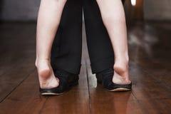 在她的父亲的脚的年轻跳舞 免版税库存照片