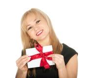 在她的现有量的美丽的白肤金发的妇女和礼品明信片。 宗教节日圣华伦泰 库存图片