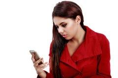 在她的电话的年轻哀伤的女孩读书正文消息 免版税库存照片