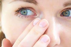 在她的眼睛的泪花 图库摄影