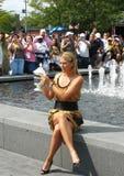 在她的胜利夫人选拔决赛后,美国公开赛2006冠军玛丽亚・莎拉波娃拿着在人群的前面的美国公开赛战利品 库存照片