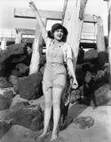 在她的脚趾之间的沙子,一个少妇在海滩挥动(所有人被描述不更长生存,并且庄园不存在 Su 库存图片